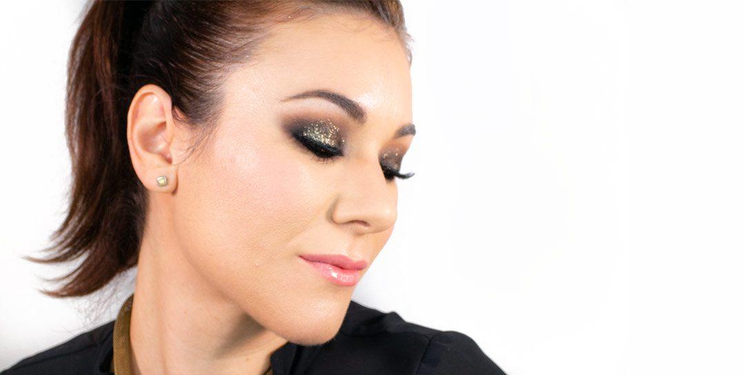 Maquillaje dorado con glitter