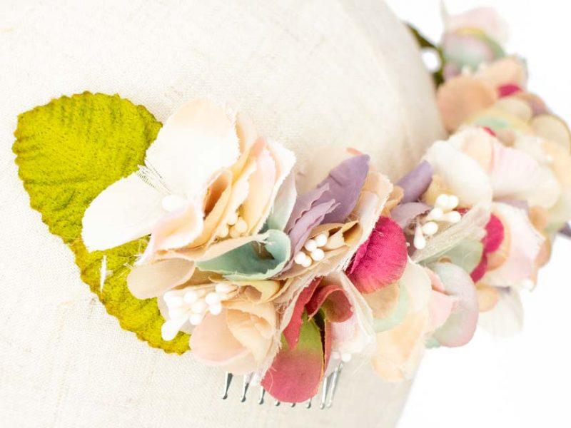 Corona de flores de colores para novia