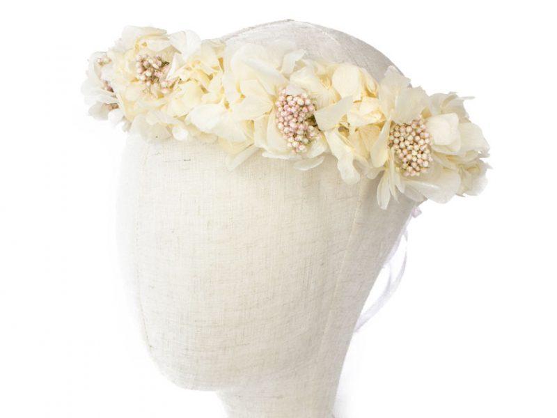 Corona de hortensias y flor de arroz preservada