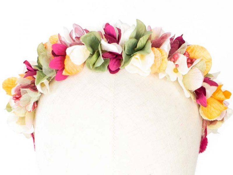 Diadema de flores multicolor invitada