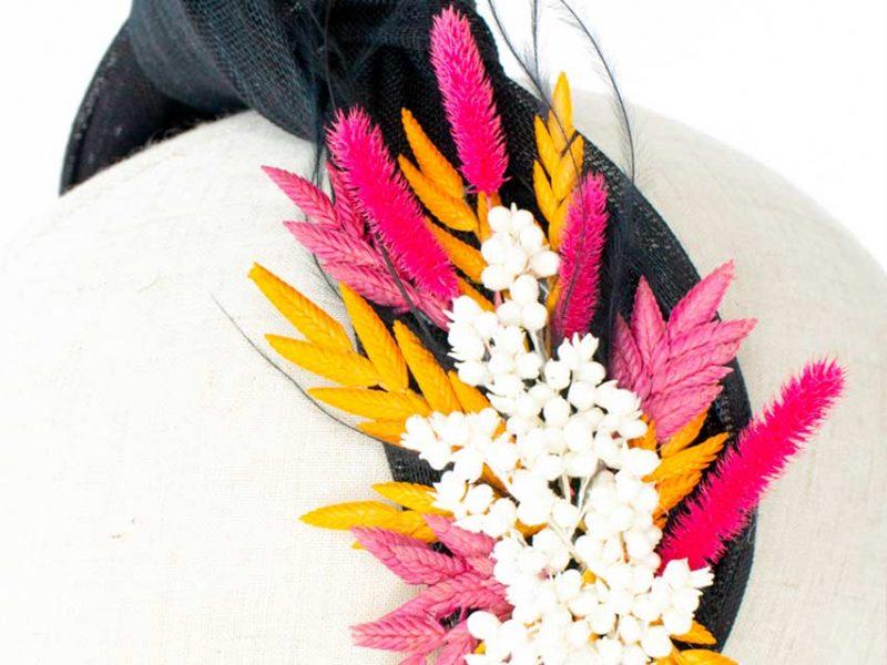 Turbante negro con flores preservadas