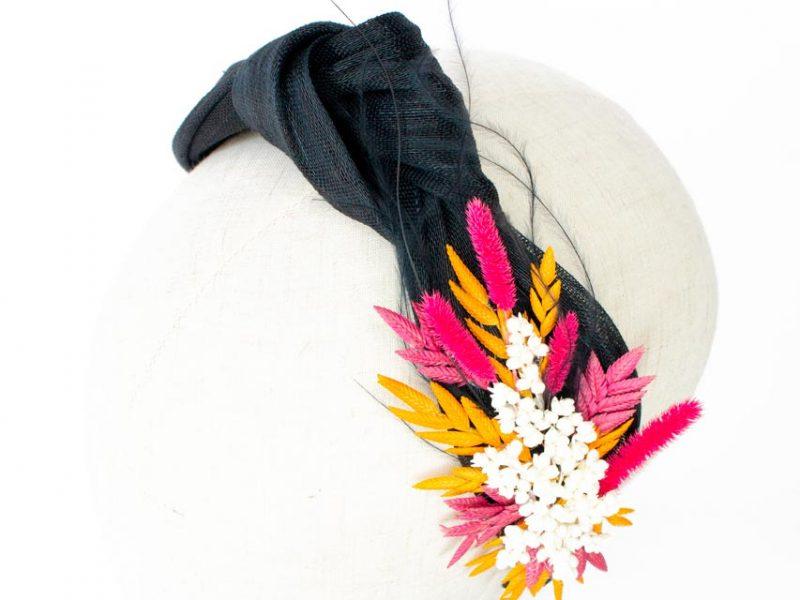 Diadema de sinamay negro con flor preservada