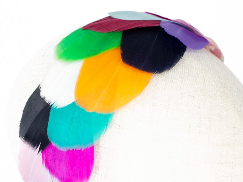 Tocado con plumas de colores