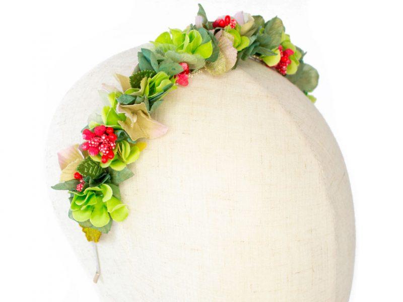 Diadema de flores para invitada boda en verde y rojo
