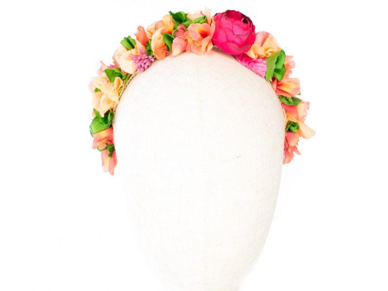 Diadema de flores para invitada coral y verde