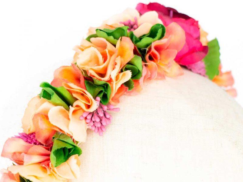 Diadema de flores para invitada