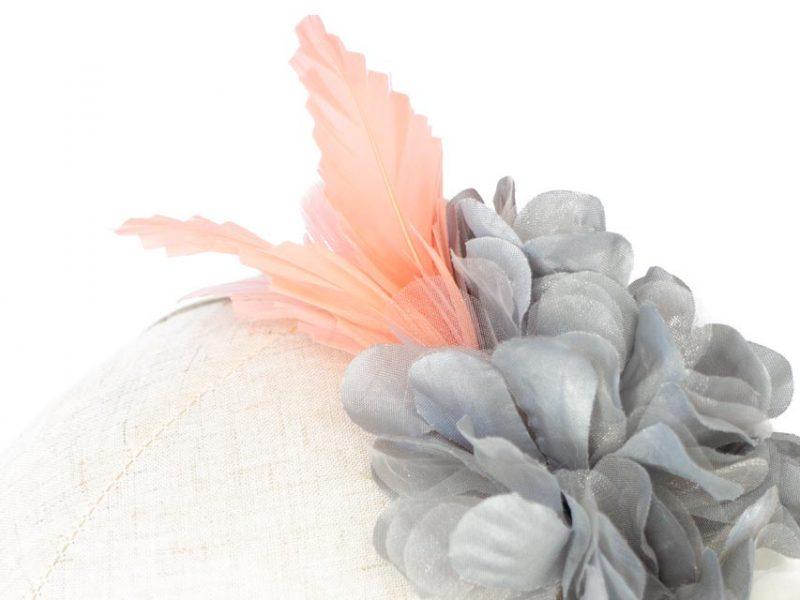 Diadema gris y coral flores