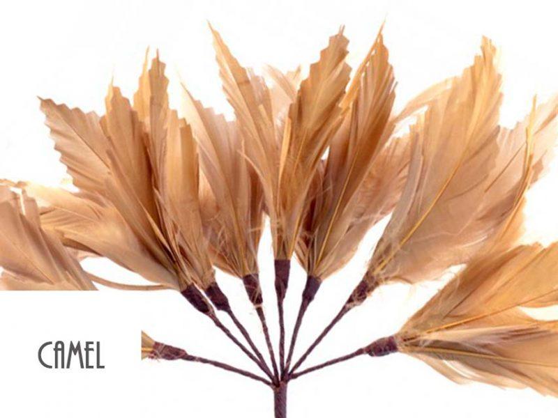 Diadema de plumas color camel