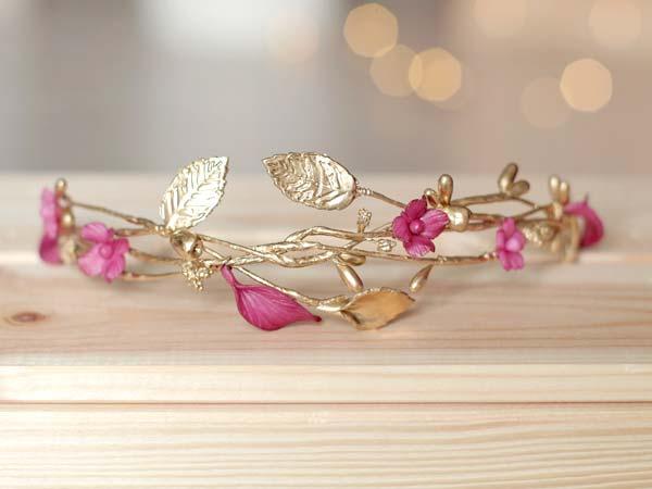 Tocado dorado y rosa para novia